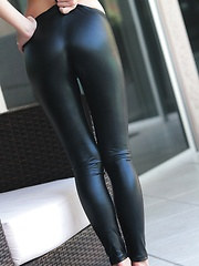 Teen vixen Catie Minx strips off her black latex leggins